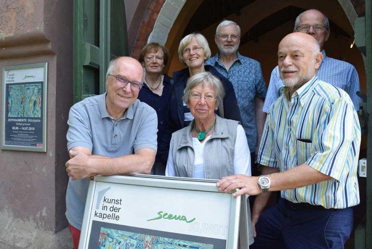 Das Organisationsteam der Kunstaustellungen von Scena vor der Magdalenenkapelle Burgdorf